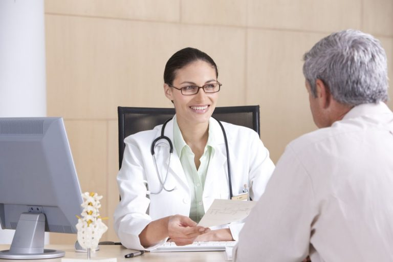 Ortopeda z pacjentem w gabinecie Białystok