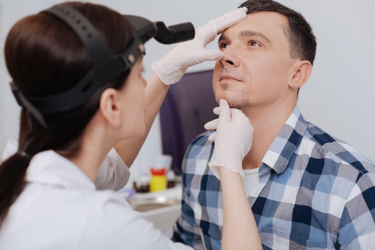 Laryngolog w poradni laryngologicznej zabieg Białystok