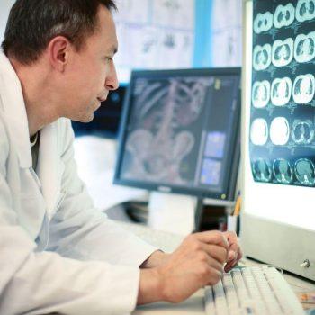 Ortopeda analizujący prześwietlenie Białystok